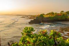 Tempel för Tanah lottvatten i Bali Indonesien naturlandskap Royaltyfri Bild