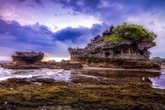 Tempel för Tanah lottvatten i Bali Indonesien naturlandskap bali berömd landmark royaltyfri foto