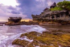 Tempel för Tanah lottvatten i Bali Indonesien naturlandskap bali berömd landmark royaltyfria bilder