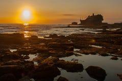 Tempel för Tanah lottvatten i Bali Indonesien naturlandskap Solnedgång Arkivfoto