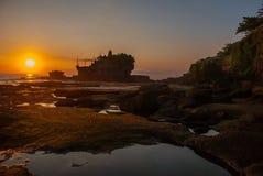 Tempel för Tanah lottvatten i Bali Indonesien naturlandskap Solnedgång Arkivfoton