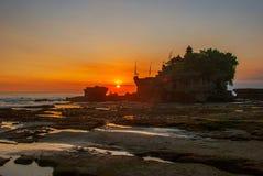 Tempel för Tanah lottvatten i Bali Indonesien naturlandskap Solnedgång Fotografering för Bildbyråer