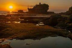 Tempel för Tanah lottvatten i Bali Indonesien naturlandskap Solnedgång Royaltyfria Bilder