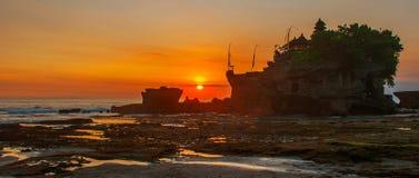 Tempel för Tanah lottvatten i Bali Indonesien naturlandskap Solnedgång Arkivbild