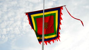 Tempel-Flagge, die im Wind - Hanoi Vietnam durchbrennt stock video footage