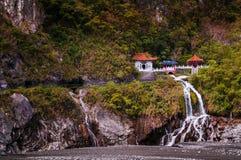 Tempel, flod och vattenfall på den Toroko klyftan, Hualien, Taiwan Royaltyfri Bild