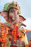 Tempel Ganesha Ganesh Elephant God flowersGanesh-Goldstatue tempel Blume Angebot- Lord des guten Omens alias Ganapati Stockbilder