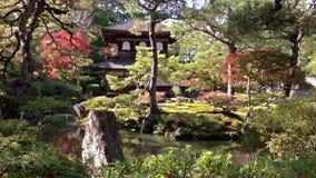 Tempel Ginkaku -ginkaku-ji van het Zilveren Paviljoen tijdens het seizoen van de herfstmomiji in Kyoto stock footage