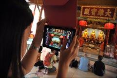 Tempel-Goer gebruikt Tablet aan Foto Chinees Heiligdom Royalty-vrije Stock Afbeelding