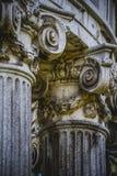 Tempel, Grieks-Stijlkolommen, Corinthische kapitalen in een park royalty-vrije stock fotografie