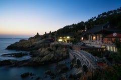 Tempel Haedong Yonggungsa während des Sonnenaufgangs in Busan, Südkorea lizenzfreies stockbild