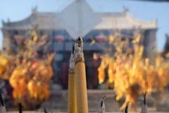 Tempel het branden de wierook, bidt voor goed geluk royalty-vrije stock afbeeldingen