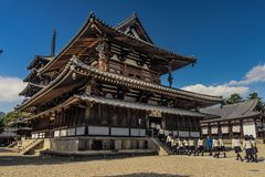 Tempel Horyu -horyu-ji en schoolmeisjes royalty-vrije stock fotografie