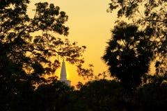 Tempel i Anuradhapura, Sri Lanka Mahatupa stora Dagoba i Anuradhapura på solnedgången, Unesco, Sri Lanka, Asien Jetavanaramaya da Royaltyfri Foto