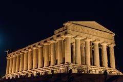 Tempel i den Agrigento natten i Sicilien - Italien arkivfoto