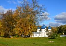 Tempel i den Yuryev kloster i Veliky Novgorod royaltyfri foto