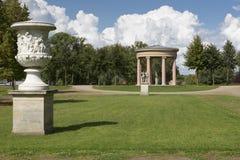Tempel i en parkera i staden av Neustrelitz, Tyskland arkivbilder