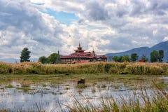 Tempel i fälten royaltyfri bild