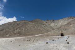Tempel i ladakhlandskap; nära den magnetiska kullen Arkivfoto