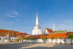 Tempel i Nakornsrithammarat, söder av Thailand, på klar bakgrund för blå himmel arkivfoto