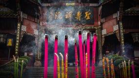 Tempel i sydväster Kina, buddistiska tempel, rökelsegasbrännare royaltyfria bilder