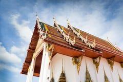 Tempel i Thailand på en molnig himmel Royaltyfri Bild