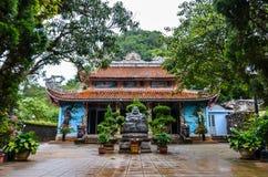 Tempel i Vietnam/nära den långa fjärden för mummel royaltyfria foton