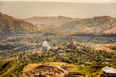Tempel im Berg mit buntem Wald Stockfoto