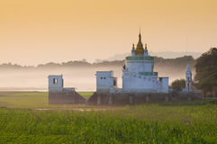 Tempel im Nebel Stockfotografie