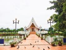 Tempel im Teich bei Wat Si Khom Kham, Phayao, Thailand Sch?n von der historischen Stadt am Buddhismustempel lizenzfreies stockbild