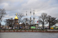 Tempel-kapell av Treenighet Zhivonachalnaya och fregatten Blagodat på den Neva floden i St Petersburg, Ryssland Royaltyfri Bild