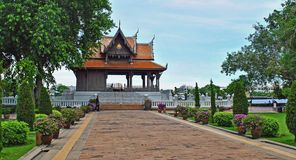 Tempel längs en flod i Bangkok thailand Arkivfoton
