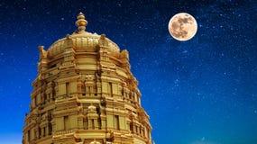Tempel in maanlicht stock fotografie