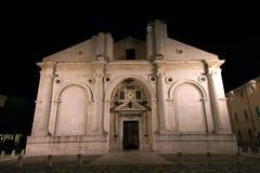 Tempel Malatesta av Rimini på natten Royaltyfri Fotografi