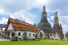 Tempel med bakgrund av Wat Arun Royaltyfri Bild