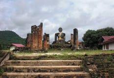 Tempel med Buddhastatyn Arkivfoto