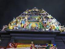 Tempel med färgrik garnering som är upplyst vid natt i Singapore Royaltyfria Bilder