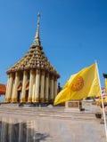 TEMPEL MED FLAGGAN I THAILAND Arkivbilder