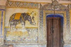 Tempel mit antiker Malerei über Gesetz des Karmas seit Jahr 1928 Lizenzfreie Stockfotos