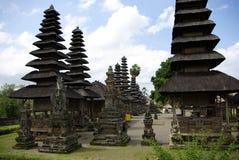 Tempel mit typischen spitzen Dächern in Bali Stockbild
