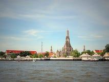 Tempel nahe dem Fluss stockfoto