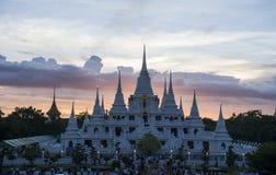 Tempel och färgrik himmelsolnedgångskymning royaltyfria foton