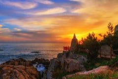 Tempel och soluppgång i den Busan staden i Sydkorea royaltyfri bild