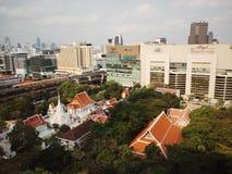Tempel och stad Royaltyfri Fotografi