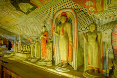 Tempel och statyer för 12 århundrade Dambulla grotta guld- Royaltyfri Fotografi