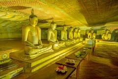Tempel och statyer för 12 århundrade Dambulla grotta guld- Royaltyfri Bild