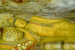 Tempel och statyer för 12 århundrade Dambulla grotta guld- Royaltyfria Bilder