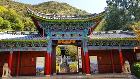 Tempel oder Pavillon in schwarzem Dragon Pool in Jade Spring Park, Lijiang, Yunnan, China stockfotografie
