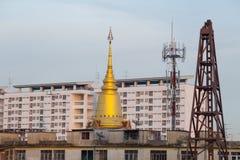 Tempel omkring med nybygge Arkivfoto