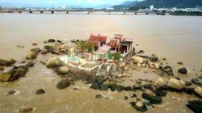 Tempel onder Keien op zee tegen de Brug van de Stadsrivier stock footage